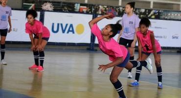 Autora de seis gols, Elloá tem atuação decisiva na classificação do GEO Samaranch para a semifinal do handebol sub-14