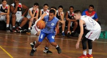 Baixinho no meio de gigantes, Victor mostra muita técnica e comanda o Lisam na vitória sobre o Colégio Militar no basquete