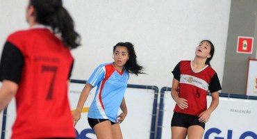 Bonita e determinada, Thamiris marca um gol, mas não evita derrota do Odete São Paio, de São Gonçalo, no handebol