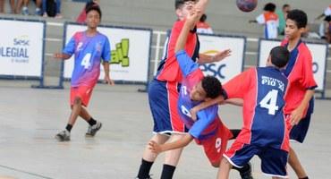 Camisa 9 do Ciep Debret no handebol, Luan honra o número de artilheiros do futebol e marca 12 gols