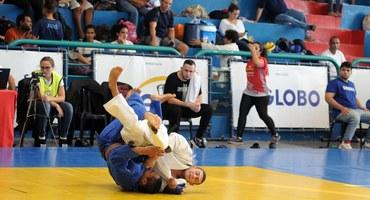 Campeão no judô, Pedro Henrique (quimono branco) é mais um talento do Intercolegial com potencial de chegar às Olimpíadas