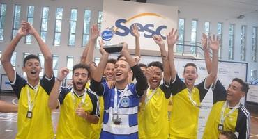 Goleiro do Sul-Americano marca golaço e ergue troféu de terceiro lugar no futsal sub-18 federado