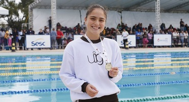 Carolina ganha duas medalhas de ouro e conduz o Garriga de Menezes ao topo da categoria jovenzinha não federada da natação