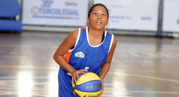 Cauane rouba a cena na vitória do Santa Mônica Centro Educacional no basquete sub-14 feminino