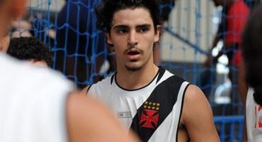 Com 12 pontos, Natan Pires comanda a virada do Colégio Vasco da Gama em cima do Pedro II nas semifinais do basquete