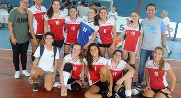 Com apenas 12 anos, a pequena Andressa, camisa 12 do Garriga de Menezes, mostra talento ímpar no vôlei sub-18 não federado
