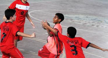 Com apenas 9 anos, Lucas mostra talento de gente grande e marca cinco gols na derrota do Antônio da Silva no handebol