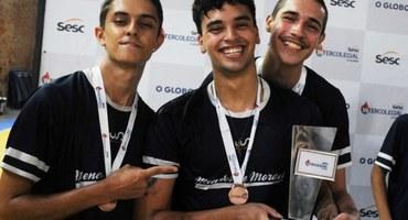 Com boa atuação do ponteiro Vítor, Colégio Estadual Prefeito Mendes de Moraes surpreende e belisca bronze no vôlei não federado