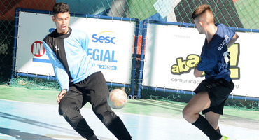 Com cinco gols na vitória do Amaro Cavalcanti, Matheus é o artilheiro da quinta rodada do futsal