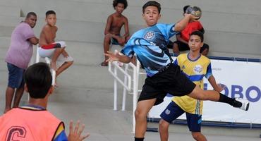 Com muita rivalidade em jogo, 32 equipes de 20 escolas disputam rodada de quartas de final do handebol