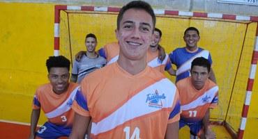 Com passagens pelas bases de Fluminense e Vasco, Isaque tem papel fundamental na conquista da medalha de bronze do Triângulo no futsal