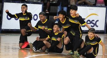 Escolas de fora da Cidade Maravilhosa ignoram a longa distância e são campeãs de quatro categorias do futsal e três no basquete