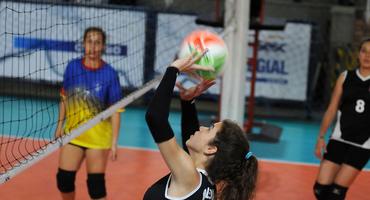 Escolas marcam pontos importantes na disputa pelo bronze no vôlei
