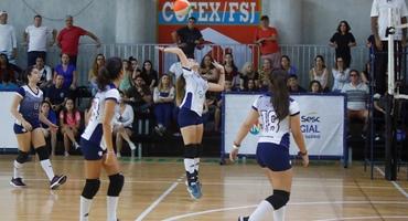 Filha da jornalista Susana Naspolini, Júlia conta com torcida fanática da mãe e conquista título para a Escola Nova, no vôlei