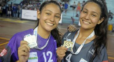 Gabriela (camisa 12) defende duas cobranças de sete metros e tem atuação decisiva no título do Ceas