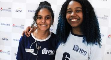 Giuliana (à esquerda) para o relógio ao perceber nervosismo da rival em duelo pelo xadrez do 37º Intercolegial Sesc O GLOBO
