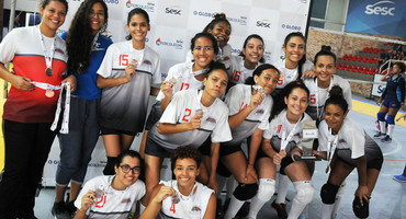 Grávida, técnica do Loide Martha segura o nervosismo e comanda o time na conquista do bronze no vôlei sub-18 federado feminino