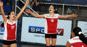 Irmãs gêmeas, Aline e Amanda atuam juntas pelo Garriga de Menezes e são vice-campeãs no vôlei sub-14