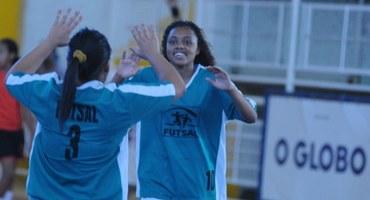 Maior artilheira das disputas pelos bronzes do futsal, Esther marca quatro gols na vitória do GEO Nelson Prudêncio