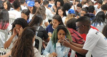 Mais de 500 estudantes disputam as oito categorias do xadrez no ginásio do Santa Mônica Centro Educacional, em Jacarepaguá