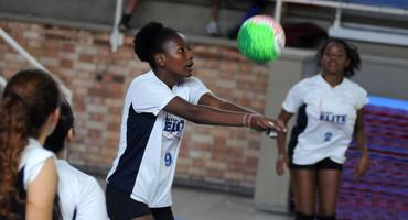 Melhor em quadra pelo Sistema Elite na segunda rodada do vôlei, Evelyn mostra potencial e é elogiada pelo treinador