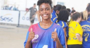 Morador de São Matheus, bairro carente de São João de Meriti, Lucas busca o esporte e a música para fugir da violência