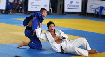 Pedro Henrique (à esquerda) não consegue perder peso e compete numa categoria acima