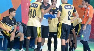 Prancheta do técnico Luiz Carlos entra em quadra e decide classificação do Seice no futsal sub-18 não federado masculino