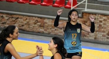 Saque poderoso de Luiza Wady, camisa 17 do Colégio Militar, é determinante para a vitória sobre o Cesc Camaradinha no vôlei