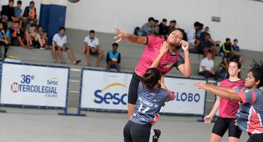 Surpresa do handebol 2018, Colégio Militar decidirá título contra o Santa Mônica Centro Educacional, dia 24/11