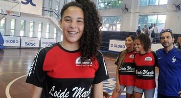 Talento com as mãos: primeira candidata a musa do basquete, Manuela é ala do Loide Martha e atua como goleira no futebol de campo