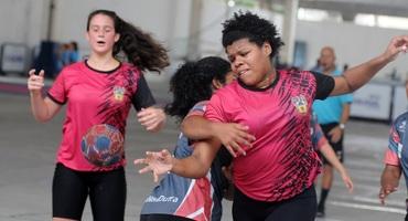 Talento do basquete, Débora também mostra aptidão para o handebol e lidera equipe do Colégio Militar