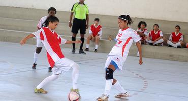 Talentosa com a bola nos pés e multi-instrumentista, Isabela comanda vitória do Odete São Paio no futsal