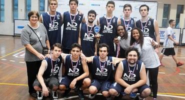 Única técnica das escolas finalistas do basquete, Denise Santos é vice-campeã pelo Notre Dame