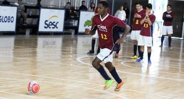 Zagueiro no futebol de campo, Breno marca três gols e garante título do futsal sub-18 federado para o CEL