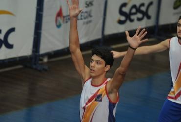 Apaixonado pela sua namorada e por rock and roll, Thiago exibe seu talento mas não evita derrota do Camões-Pinóchio no basquete