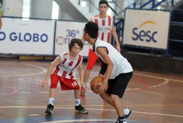 Camisa 15 do Colégio Estadual Edmundo Peralta Bernardes, o baixinho Ruan mostra habilidade para fugir das brincadeiras