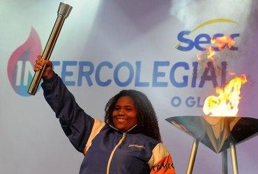 Campeã mundial escolar, Anna Karolina não esconde a emoção de acender a pira olímpica no Desfile de Abertura