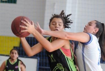 Com apenas 13 anos, Evellin esbanja talento e comanda vitória do Ciep Mario Cezar na estreia do basquete, disputada no Sesc Ramos