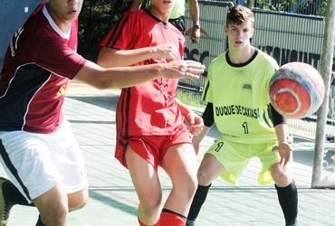 Daniel descobre talento debaixo das traves ao completar um treinamento no futsal do Loide Martha