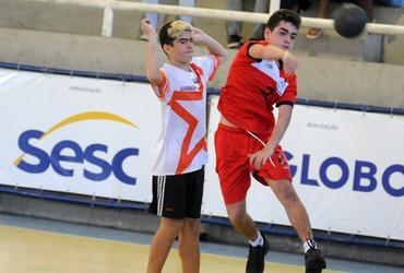 Decisivo, Daniel assume papel de artilheiro e marca três gols na vitória do Pio XI pelas quartas do handebol sub-14 livre