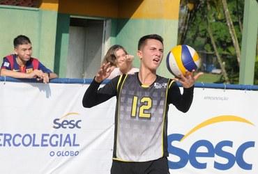 Finalista pelo MV1, inscrito pela Tijuca, João Pedro respira vôlei e conta com torcida especial de sua inseparável namorada