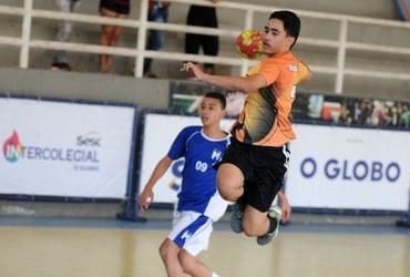 Maior artilheiro da rodada, Juan Vitor faz nove gols e lidera o Cesc na classificação para a semifinal do handebol sub-14 livre