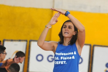 Uma das únicas treinadoras do futsal masculino, Rebeca busca seu espaço à frente do Cefet Celso Suckow