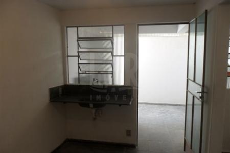 Excelente apartamento com ótima localização constituído por: 01 quarto, 01 suíte, 01 cozinha com bancada, área de serviço externa coberta. Próximo a Avenida General Carlos Guedes.