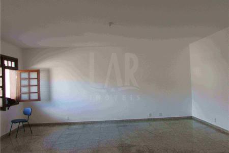 Oportunidade. Imóvel com 30% de desconto durante 12 meses de locação! Excelente casa comercial com 471m², estilo colonial, ótima localização, constituído de 03 níveis sendo: 1º nível: 4 vagas de garagem. 2° nível: 01 salão amplo e arejado com 56m², mais uma sala com o mezanino e escada e copa, todos com piso em granito, 01 cozinha com piso em cerâmica e com revestimento em mármore, área de serviço revestida em granito, DCE, 01 lavabo. 3º nível: 01 sala ampla, piso em tabua corrida, sendo 04 quartos com piso em tábua corrida com 04 suítes, bancada em granito, armário, hidromassagem, varanda em L com vista definitiva. Casa com jardim frontal,  cerca elétrica, central de alarme com sensores em todos os níveis.  Visitas acompanhadas.
