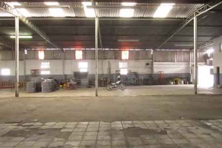 Excelente Galpão em alvenaria, área 1.200 m², pé direito 07m,  segurança e guarita. Galpão constituído de estacionamento frontal, portão de aço, frente gradeada e recuada, telhado em estrutura metálica, piso industrial, fácil acesso para veículos de grande porte. Padrão de energia 15KVA, reservatório subterrâneo de agua de chuva de 15 mil litros, aproximadamente 500m de salas e varios banheiros.  Localização: Próximo ao Complexo Comercial da Odebrecht Parque Avenida e Paróquia São Bras.  Visitas acompanhadas.