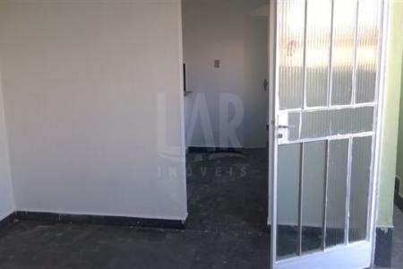 Excelente casa com ótima localização. Constituída por 01 sala, 01 quarto, banho social e cozinha.  Excelente área privativa externa. Imóvel independente com entrada comum, água e luz individuais.
