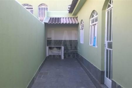 Excelente casa com ótima localização. Constituída por 01 sala, 01 quarto, banho social e cozinha.  Ampla área privativa externa. Imóvel independente com entrada comum, água e luz individuais.