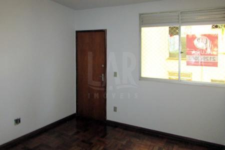 Oportunidade! Alugue sem fiador. Apartamento com 02 quartos sendo 01 com armário, banho social com Box em acrílico, sala para 02 ambientes, cozinha com bancada em mármore com armário sob e sobre a bancada, área de serviço fechada e 01 vaga de garagem.